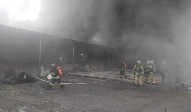 42 пожарных тушат вспыхнувший склад на Уралмашзаводе в Екатеринбурге (Видео)