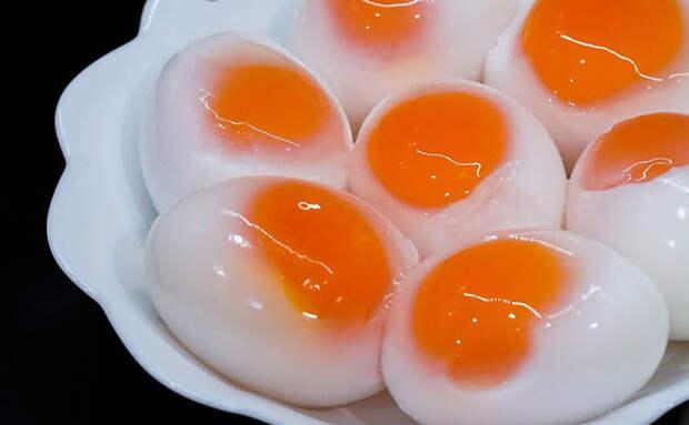 Варим прозрачные яйца: внутри желток виден. Привлекают внимание и нравятся детям