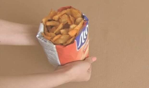 пачка с чипсами в руках