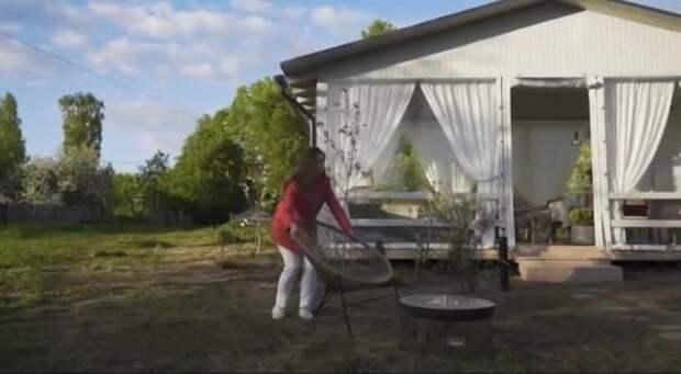 Новый цвет дома, беседка и старинная посуда: дизайнеры шоу «На дачу» сделали ремонт Елене Цыплаковой