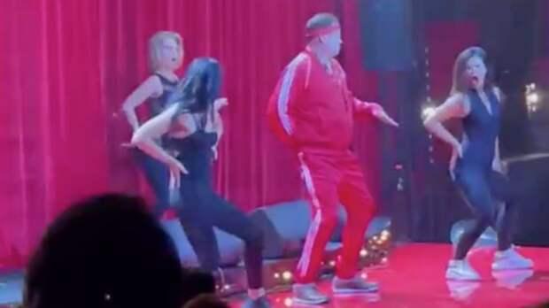 Слуцкий станцевал на сцене в окружении красоток во время празднования своего 50-летнего юбилея: видео