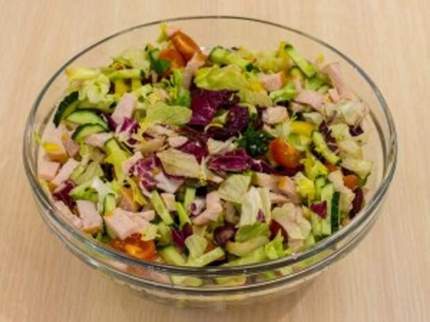 Рецепт: Салат с индейкой, овощами и фасолью
