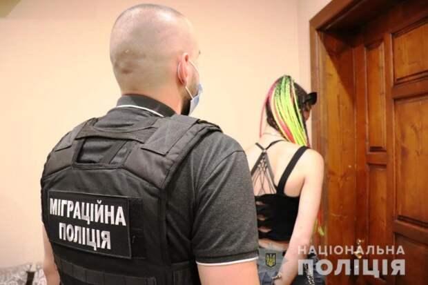 Жительница Ужгорода занималась распространением детской порнографии и шантажом. Появилось видео