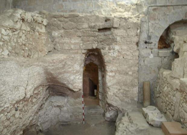 Дом I века на участке Сестёр из Назарета с высеченным в скале дверным проёмом и частью естественной пещеры.