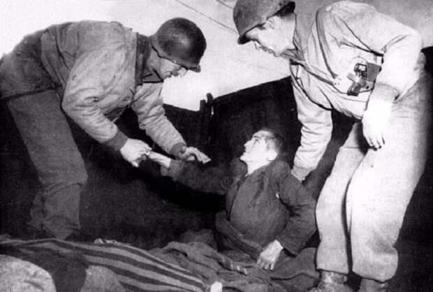 Заключенный из концлагеря пожимает в благодарность руку своему спасителю.