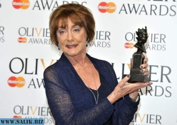 Джиллиан Лин с наградой на премии Лоуренса Оливье, Лондон, 28 апреля 2013 года.