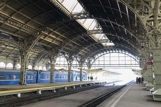 НаВитебском вокзале любят снимать фильмы про дореволюционную жизнь. Например, его можно увидеть в«Статском советнике» или «Анне Карениной»