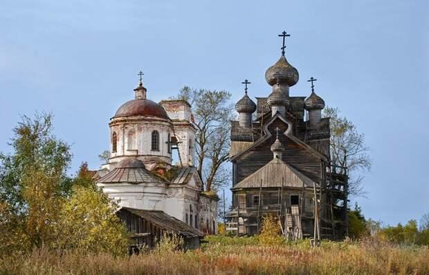 Церковь в Палтоге, Вологодской области (бывшее село Акулово). Деревянная церковь справа, построенная в 1733 году, сейчас реставрируется; Мария Кривошеина заброшенные здания, маяк, просторы, россия, церкви
