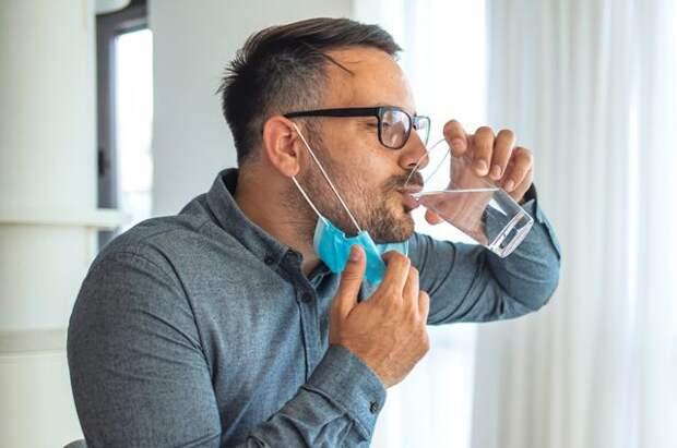 Врач рассказала, сколько воды нужно пить в жаркую погоду