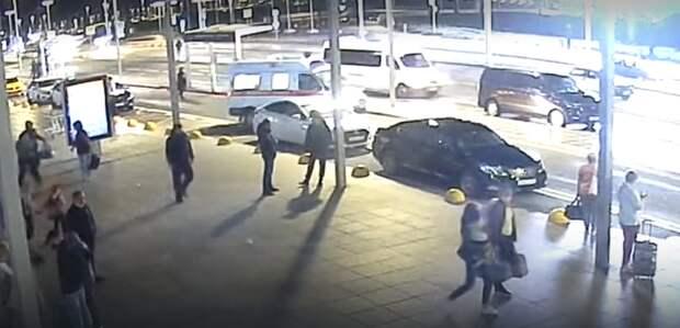 «У него отсутствовал пульс и посинело лицо»: крымские полицейские рассказали, как помогали спасать мужчину в аэропорту Симферополя