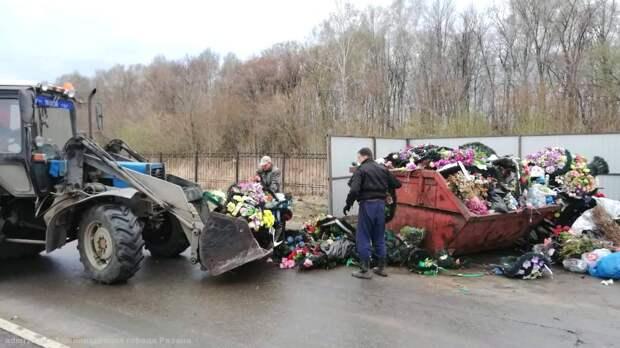 В Рязани продолжается уборка муниципальных кладбищ