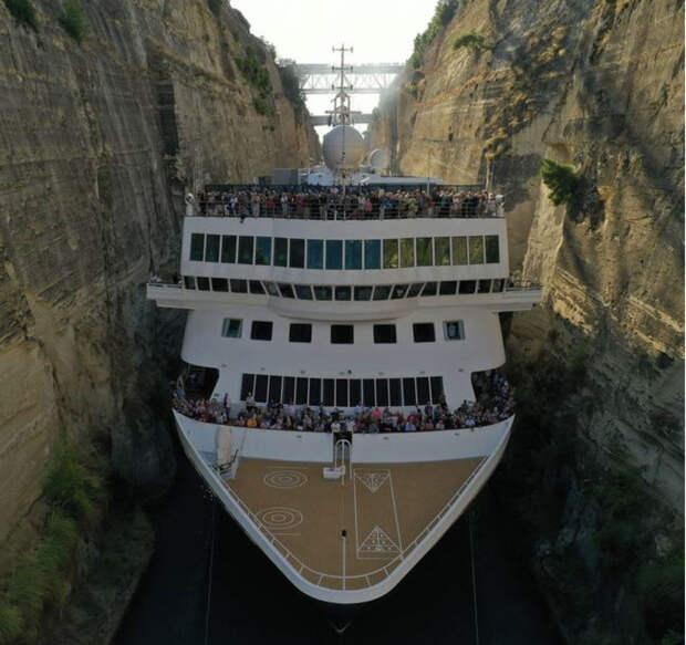 Большой корабль попытался протиснуться в Коринфский канал: мастерство капитана