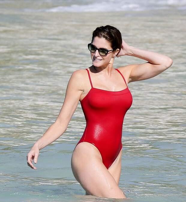 Стефани Сеймур в красном купальнике
