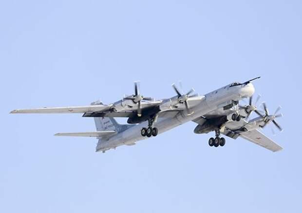 Над Чёрным морем пролетели ракетоносцы Ту-95МС. Видео