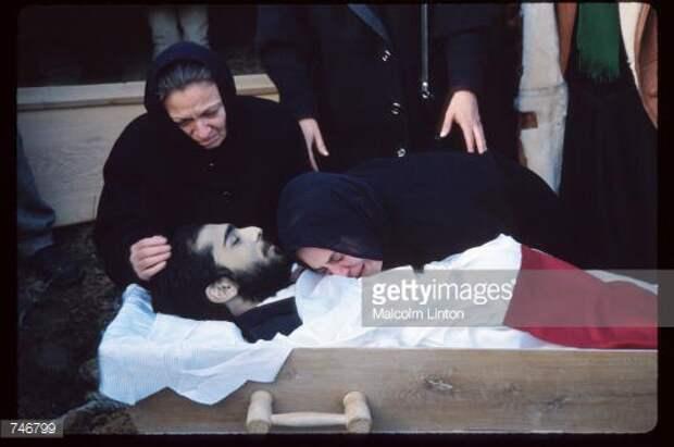 Похороны Левана Тактакишвили в окрестностях Тбилиси, убитого во время восстания, которое привело к свержению первого Президента Грузии Звиада Гамсахурдии. 9 января 1992 год.