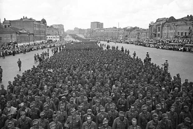 Большой вальс: зачем пленных немцев водили кругами по Москве