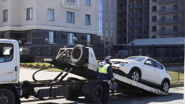 Владельцы Tesla и Porsche были наказаны за неподобающую парковку в Москве
