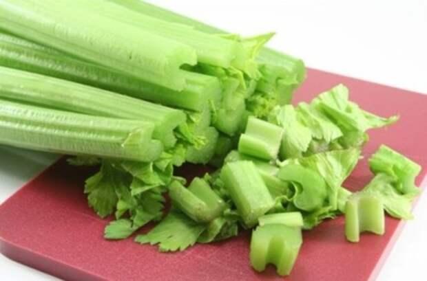 Как правильно употреблять сельдерей в пищу: как есть корень, стебли и листья, нужно ли их чистить и в чем польза?