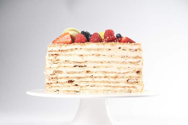 К семейному застолью: рецепт торта Наполеон от Юлии Высоцкой