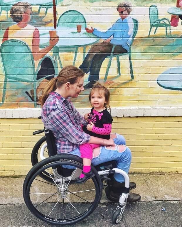 Девушка, парализованная накануне своей свадьбы, учится заново ходить ради дочки