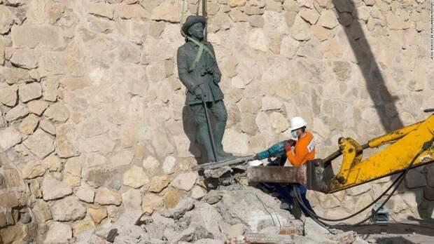 Демонтаж статуи Франко в Мелилье