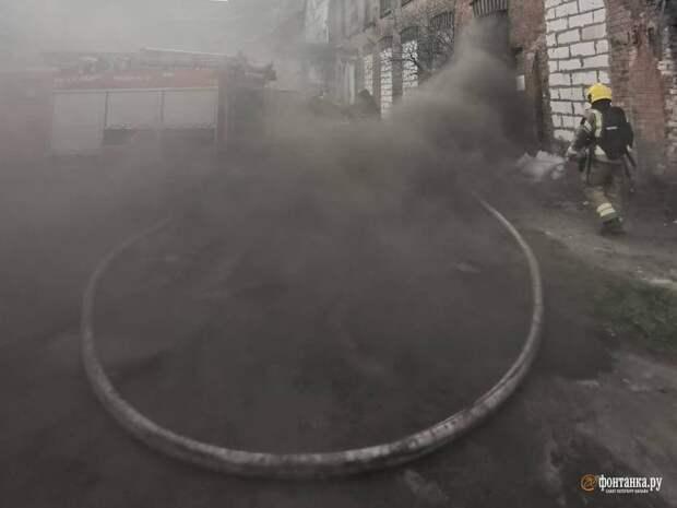 В Петербурге пожарные тушили «Красный треугольник». Набережную Обводного канала окутал дым
