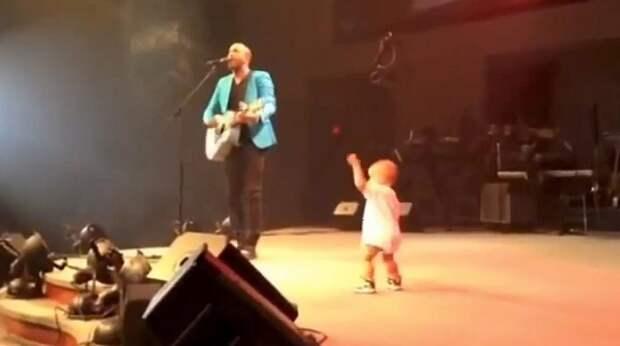 Маленький сын решил поддержать папу и заодно – порадовать зрителей!