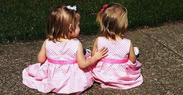 Близняшки родились держась за руки…Вы только взгляните, что с ними сейчас!