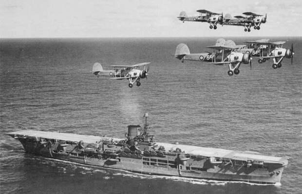 Авианосец HMS Ark Royal и звено Swordfish./фото: warhistoryonline.com