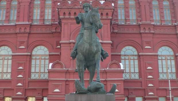 Возвращение полководца: на Манежную площадь вернули отреставрированный памятник маршалу Жукову