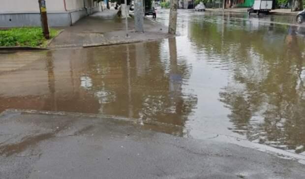 Проспект Кировский вРостове-на-Дону после дождя превратился вморе