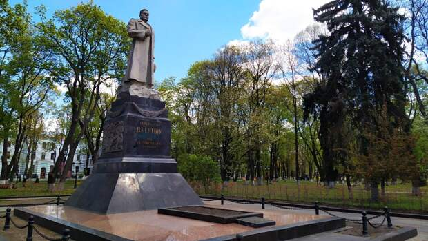На Украине возложили цветы к памятнику освободителя Киева от фашистских захватчиков