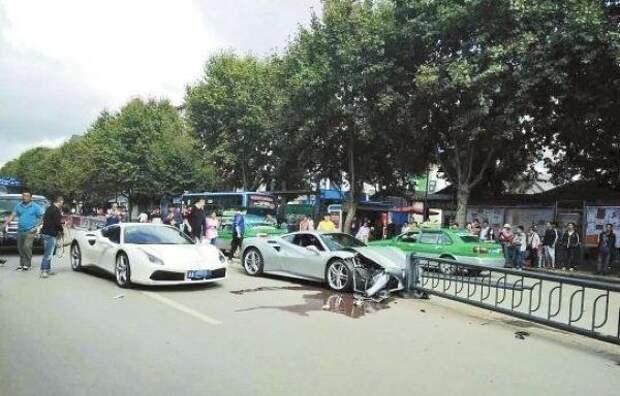 Два Ferrari разбиты в попытке не задавить щенка на дороге