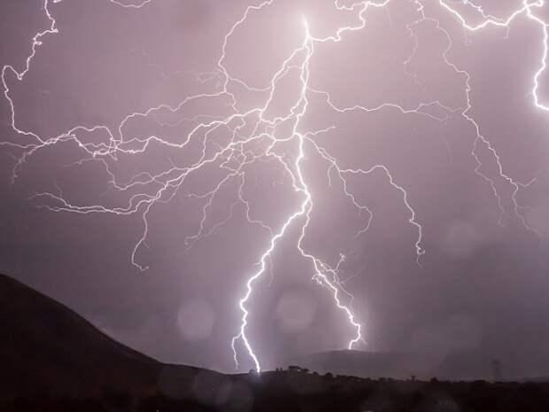В петербургскую телебашню ударила молния