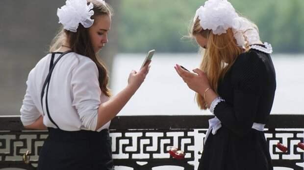 Минпросвещения рекомендует ограничить использование мобильных в школах