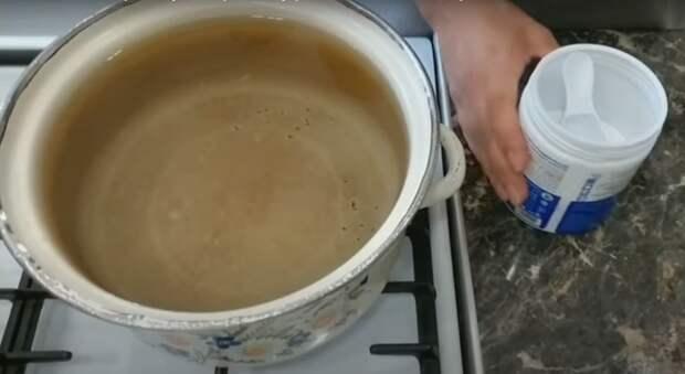 В горячую воду необходимо добавить отбеливатель / Фото: youtube.com