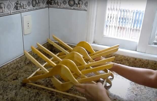 Только посмотрите, какую удобную вещь для кухни можно сделать из вешалок