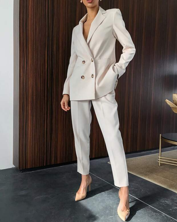 Летние женские костюмы: Стильные модели и расцветки