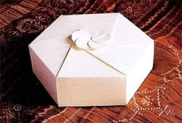 Подарочная коробка в виде раскрывающегося цветка