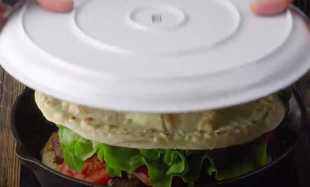 Накрываем сковородку тарелкой и переворачиваем. Готовим пирог наоборот