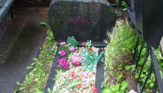 Таинственные поклонники принесли живые цветы на могилу Пуговкина