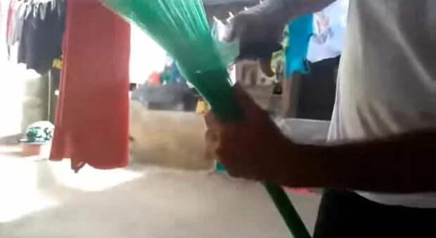 последний этап изготовления пластиковой метлы