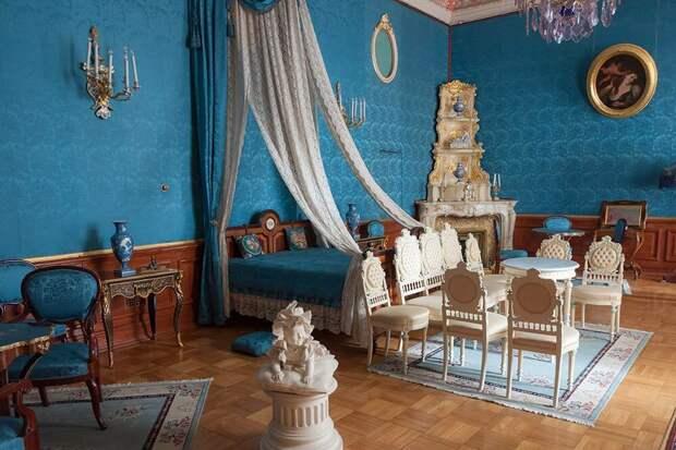 Парадные залы великолепны, но, намой взгляд, жилые комнаты интереснее: вних понимаешь, как ичем жили обитатели дворца. Источник: natalya sterleva / Shutterstock