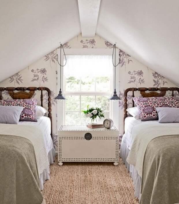 две кровати по бокам от окна