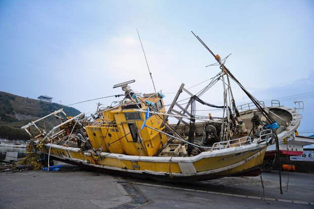 Рыбацкую лодку выбросило на берег в Асахи