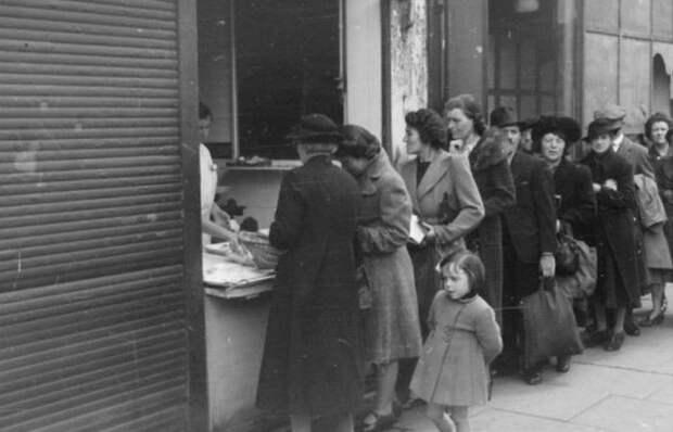 Очередь за пайками, Лондон, 1945г. /фото: warhistoryonline.com