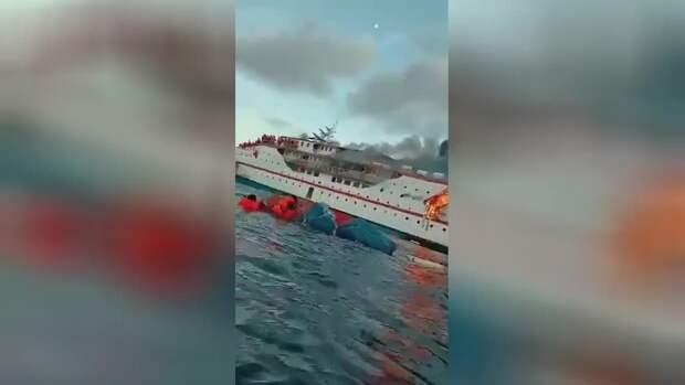 В Индонезии на пароме с десятками пассажиров на борту вспыхнул пожар