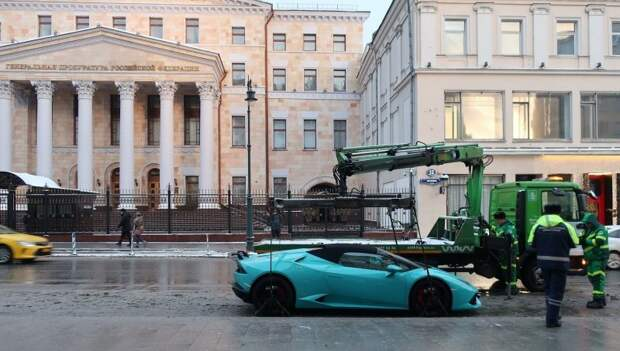 Хороший улов: в Москве эвакуировали спорткар Lamborghini lamborghini, авто, москва, парковка, спорткар, суперкар, эвакуатор, эвакуаторщик