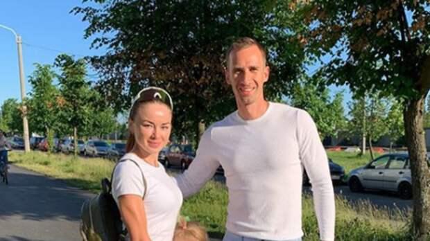 Муж российской биатлонистки похвастался, что живет за ее счет