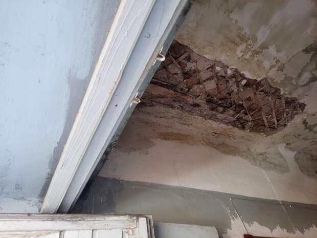 Подрядчик повредил трубу отопления во время ремонта обвалившейся кровли в поселке Машиностроителей в Ижевске